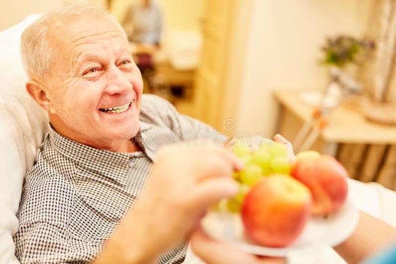 A ajuda de nutrição serviu o fruto do ancião fotos de stock royalty free