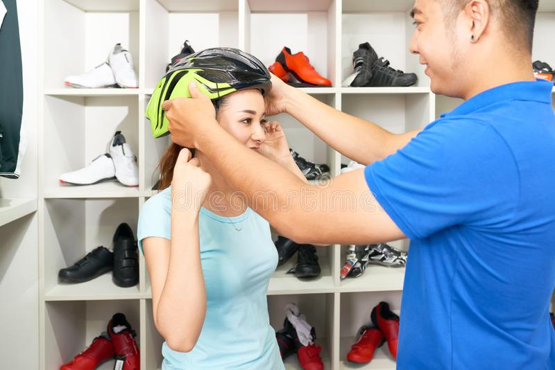 Ajuda escolher o capacete foto de stock