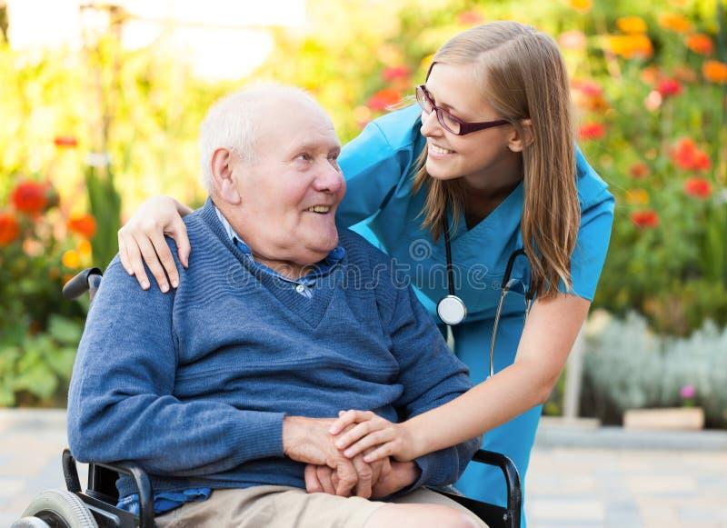 Ajudando um ancião imagens de stock