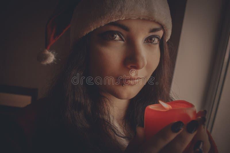 Ajudante bonito do ` s de Santa com vela foto de stock