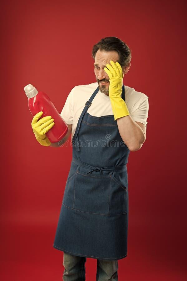 ajudante dom?stico Limpeza da primavera Cuidados da empregada dom?stica ou do houseman sobre a casa Conceito de limpeza comercial foto de stock
