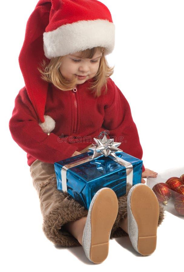 Ajudante pequeno de Santa que olha presentemente a caixa fotografia de stock