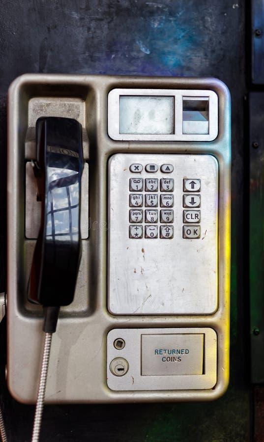 Ajustado em uma caixa de telefone vermelha com as janelas de vitral em Victoria Embankment em Londres o 11 de março, fotos de stock