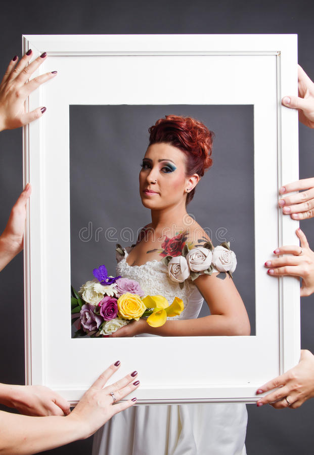 Ajustage De Précision De Mariée Dans La Trame Images libres de droits