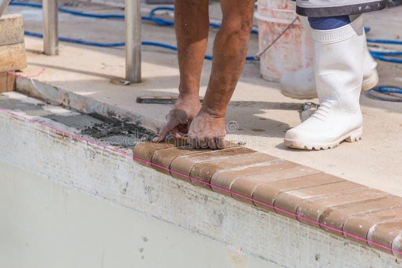 Ajustando a associação lidando do tijolo novo remodele foto de stock