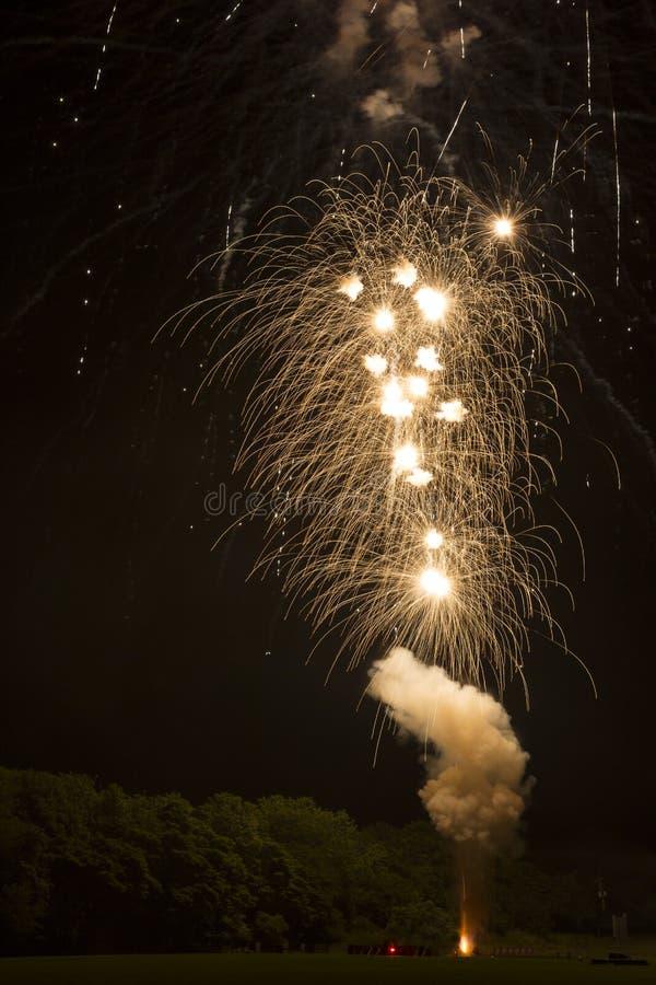 Ajustando fora fogos-de-artifício na noite: Acima dentro de um sopro de fumo fotografia de stock