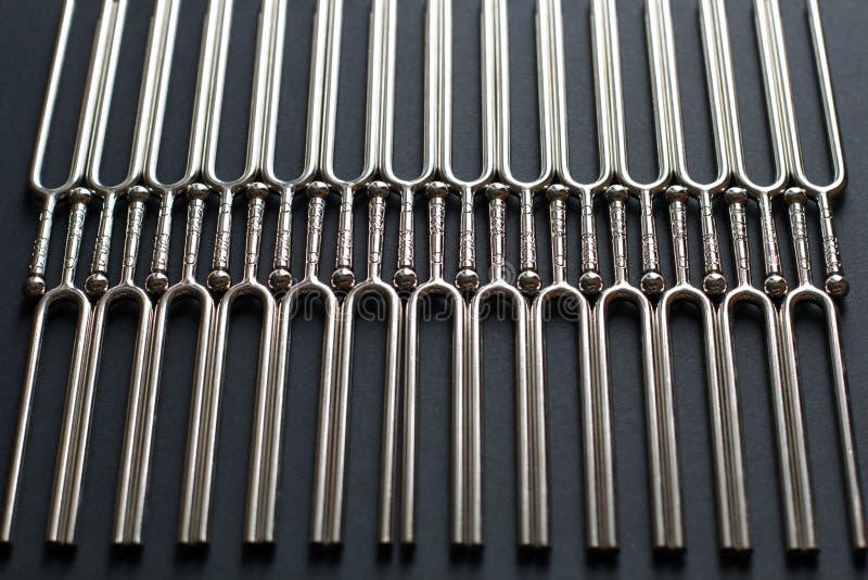 Ajustando - teste padrão vertical em um fundo preto, vista lateral da forquilha imagem de stock