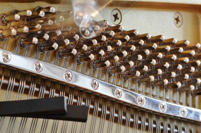 Ajustando um piano foto de stock