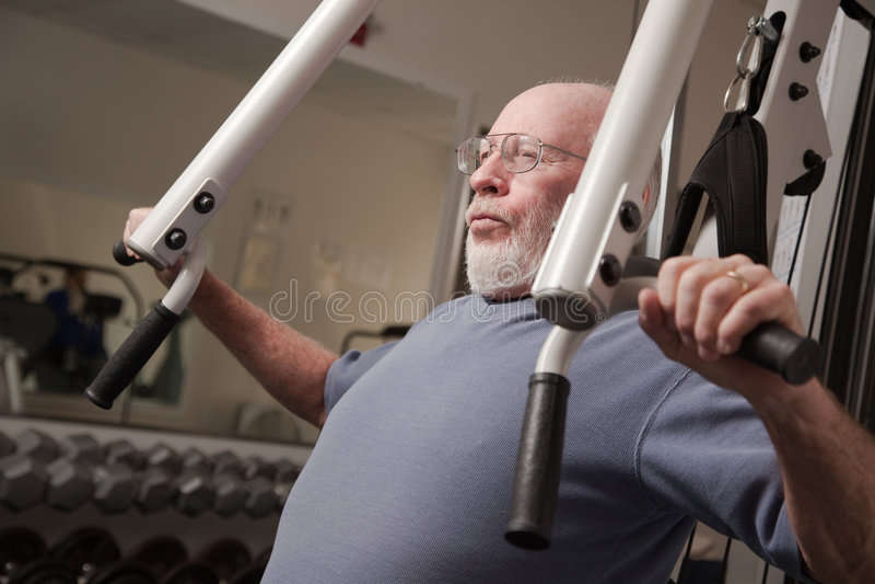 Ajuste al hombre mayor en la gimnasia fotografía de archivo libre de regalías