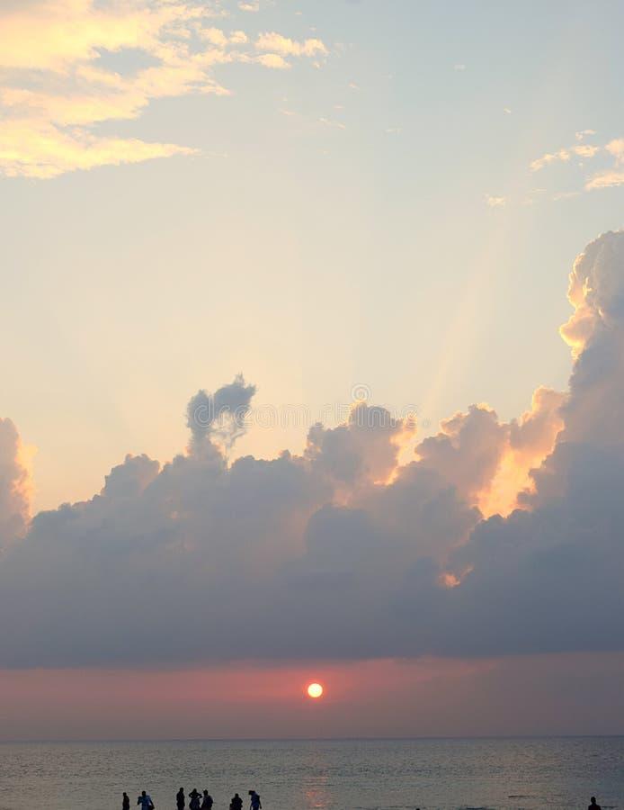 Ajuste amarelo dourado de Sun sobre o oceano com as nuvens no céu brilhante - Laxmanpur, Neil Island, Andaman, Índia foto de stock