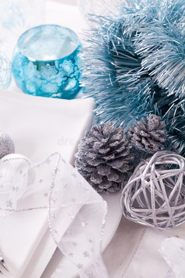 Ajuste azul e de prata à moda da tabela do Natal imagens de stock royalty free