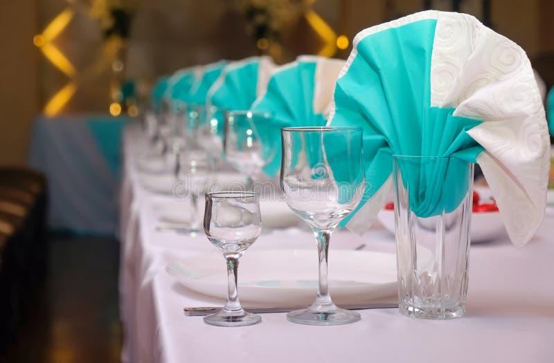 Ajuste belamente servido da tabela para uma celebração do casamento imagem de stock royalty free