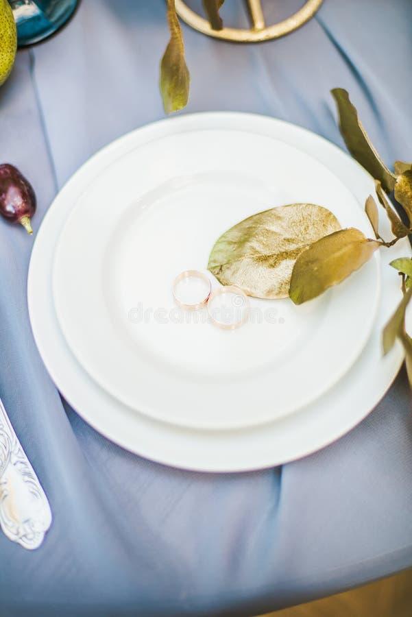 Ajuste bonito da tabela com louça e flores para um partido, copo de água foto de stock