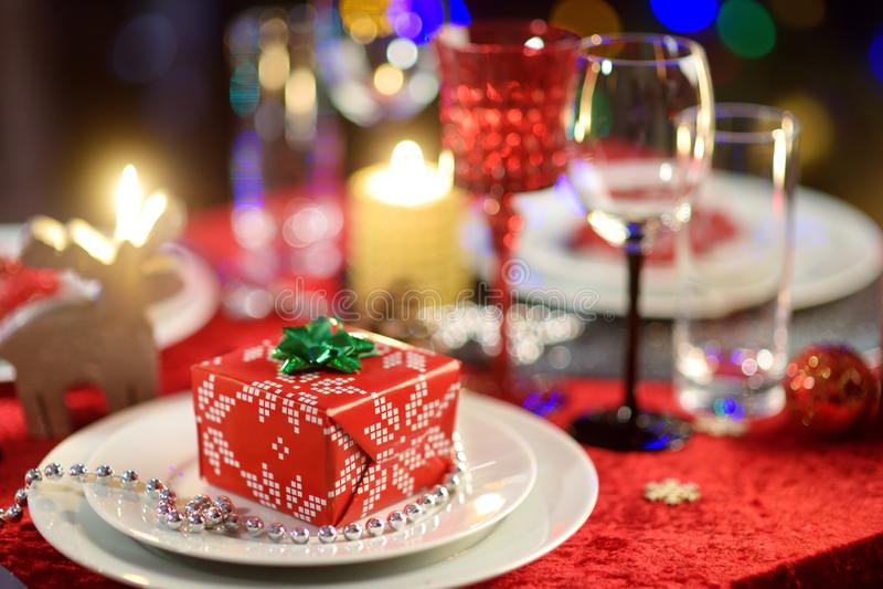 Ajuste bonito da tabela para a celebração da festa de Natal ou do ano novo em casa Sala acolhedor com uma chaminé e árvore de Nat imagens de stock