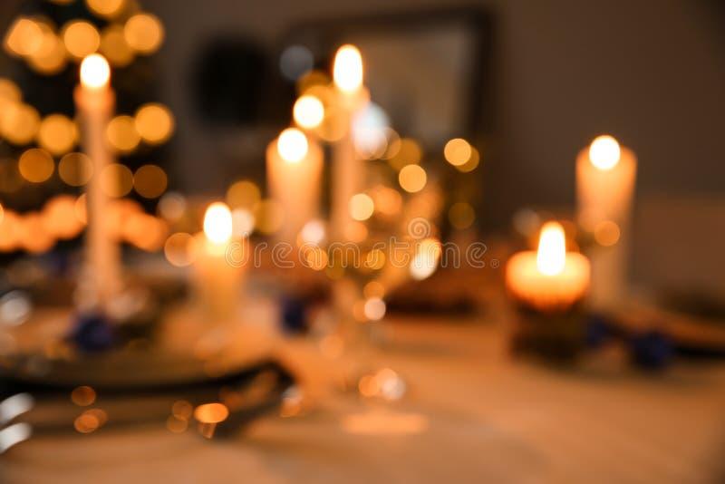 Ajuste bonito para o jantar de Natal, vista borrada da tabela fotografia de stock royalty free