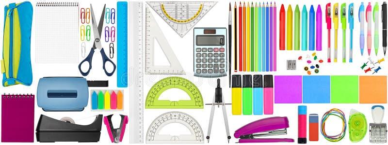 Ajuste a coleção dos artigos de papelaria coloridos das fontes de secretaria da escola isolados no fundo branco fotos de stock royalty free