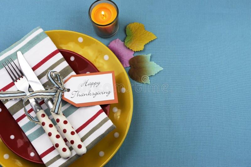 Ajuste colorido de la mesa de comedor de la acción de gracias con el espacio de la copia. imagenes de archivo