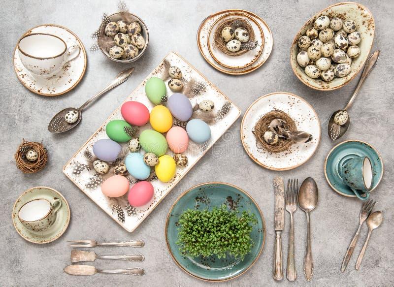 Ajuste colorido de la tabla de los días de fiesta de los huevos de la decoración de Pascua fotografía de archivo