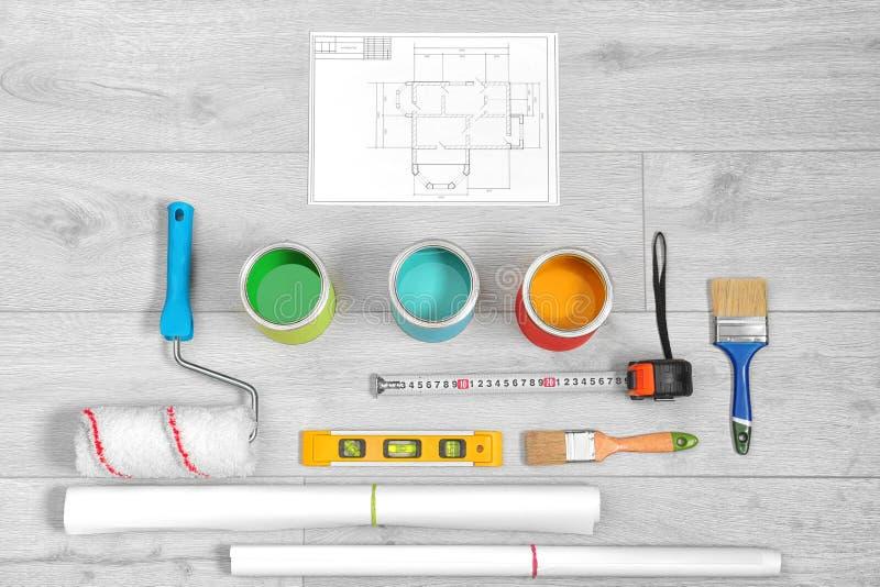 Ajuste com ferramentas e artigos do decorador fotografia de stock