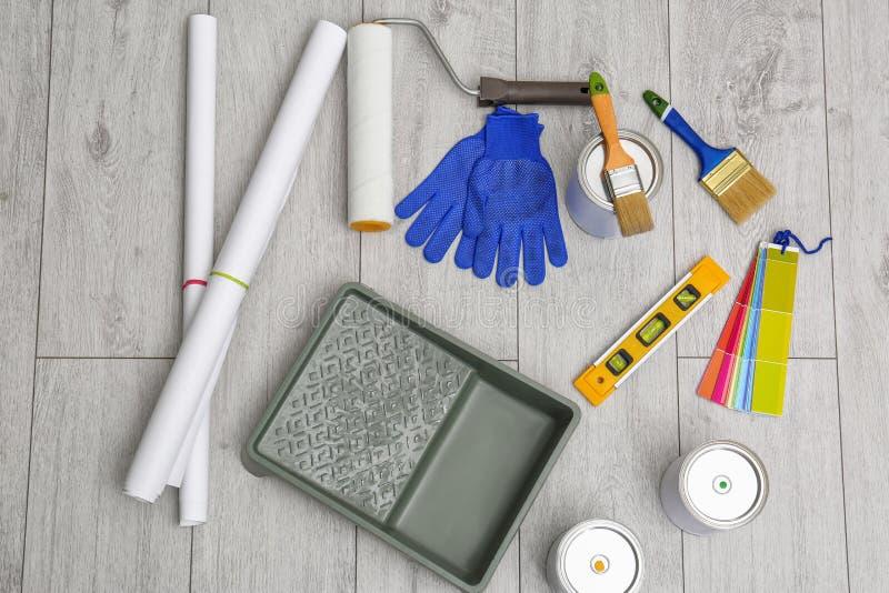 Ajuste com ferramentas e artigos do decorador foto de stock royalty free