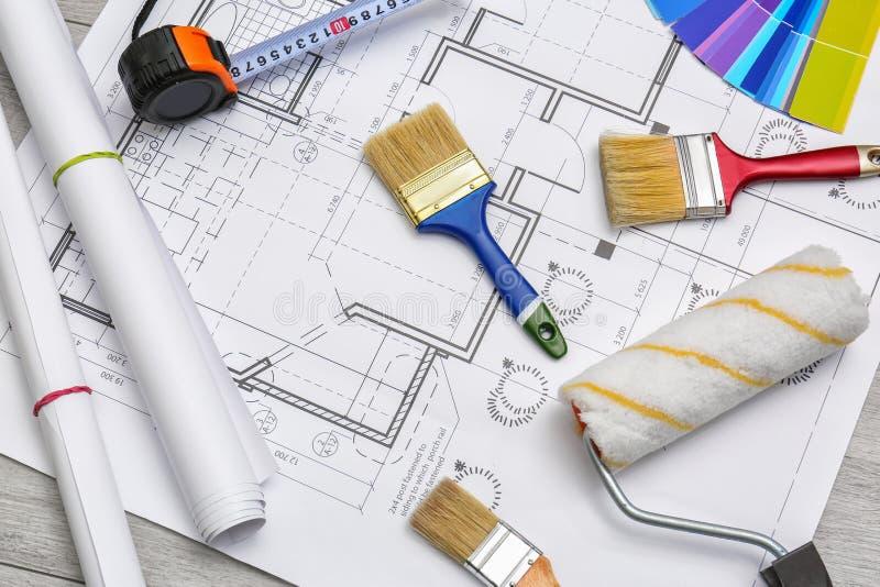 Ajuste com ferramentas e artigos do decorador fotos de stock