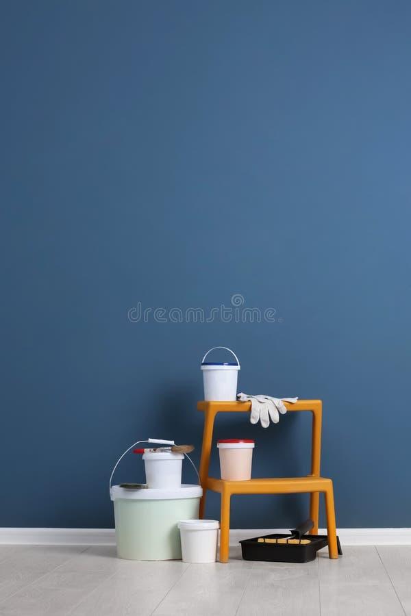 Ajuste com ferramentas e pintura do decorador no assoalho fotos de stock