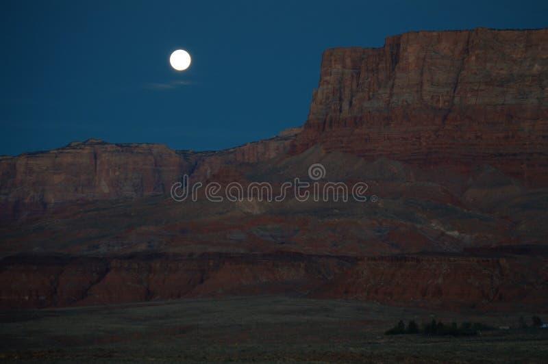 Ajuste da lua do Arizona sobre penhascos Vermillion imagem de stock