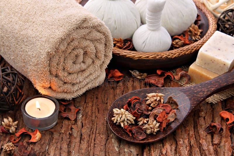 Ajuste da massagem dos termas com luz de vela fotografia de stock