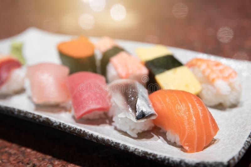 Ajuste da mistura que o sushi japonês serviu fotografia de stock royalty free