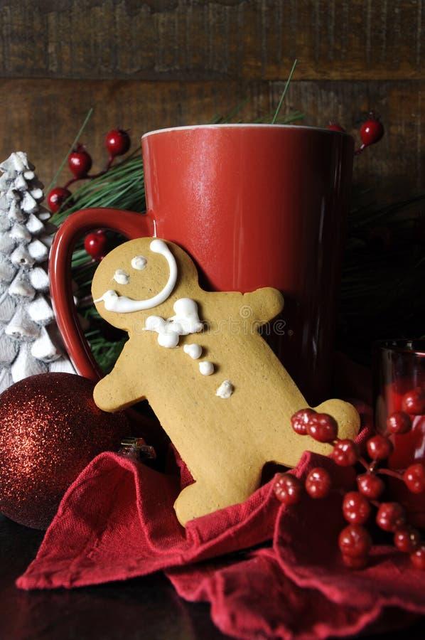 Ajuste da Noite de Natal com homem e café de pão-de-espécie imagem de stock royalty free