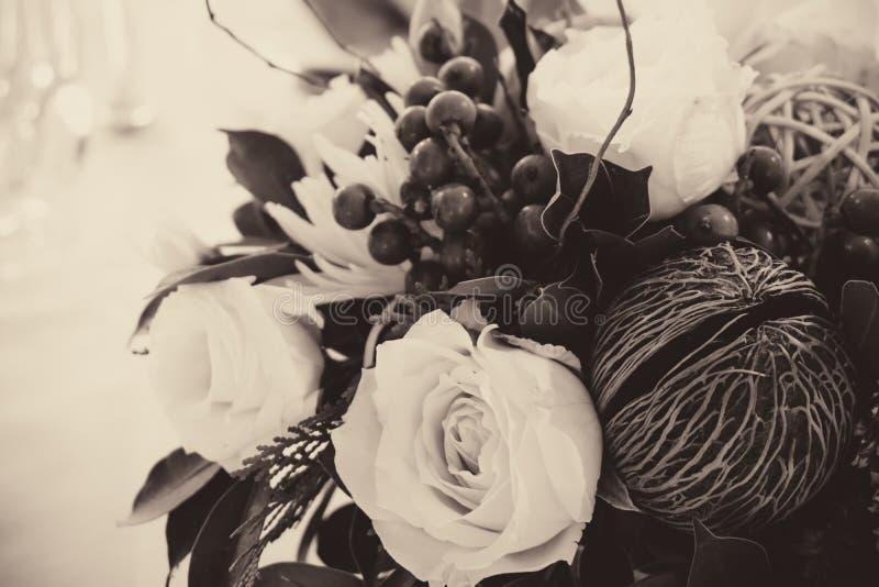 Ajuste da tabela com flores bonitas fotografia de stock royalty free