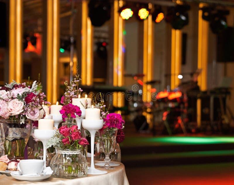 Ajuste da tabela da decoração do casamento imagens de stock royalty free