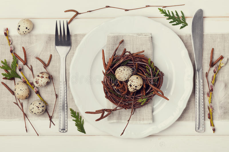 Ajuste da tabela da Páscoa com ovos e decoração da mola no fundo rústico, tonificação do vintage imagens de stock royalty free