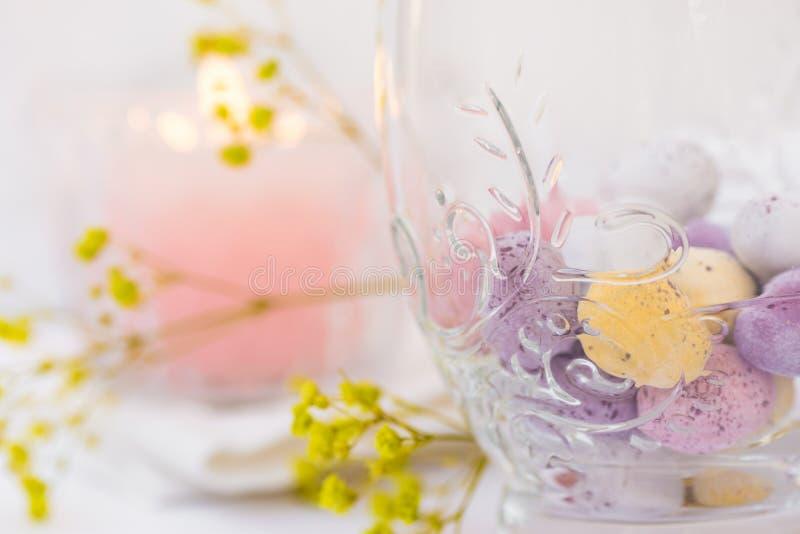 Ajuste da tabela da Páscoa, detalhes, ovos de chocolate no vidro elegante, vela, flores fotos de stock royalty free
