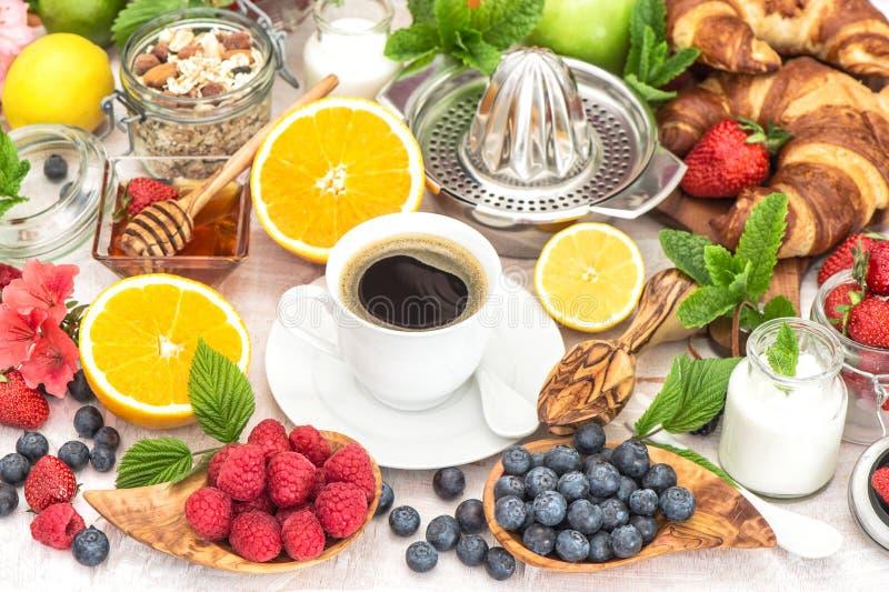 Ajuste da tabela de café da manhã com café, croissant, muesli, mel imagens de stock royalty free