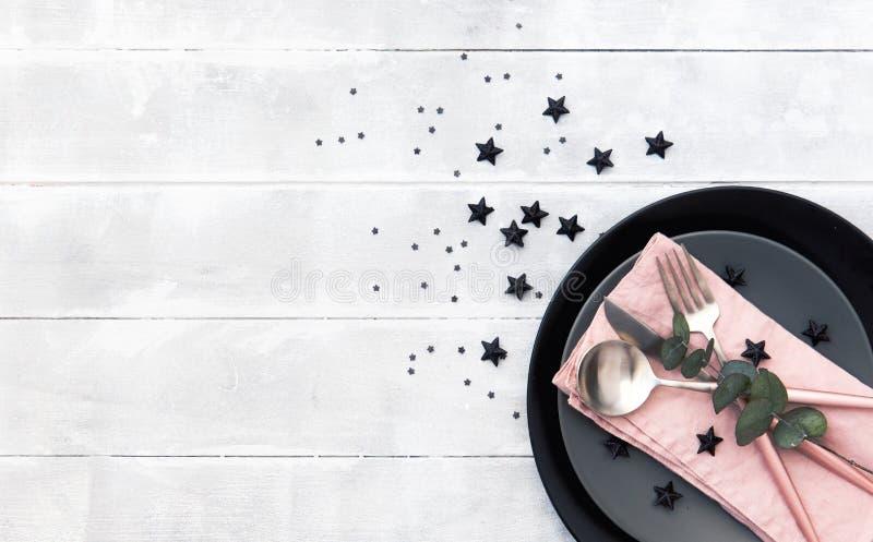 Ajuste da tabela do casamento com o cartão vazio do convidado, o guardanapo de linho, o eucalipto e o prato em uma tabela de made imagem de stock royalty free