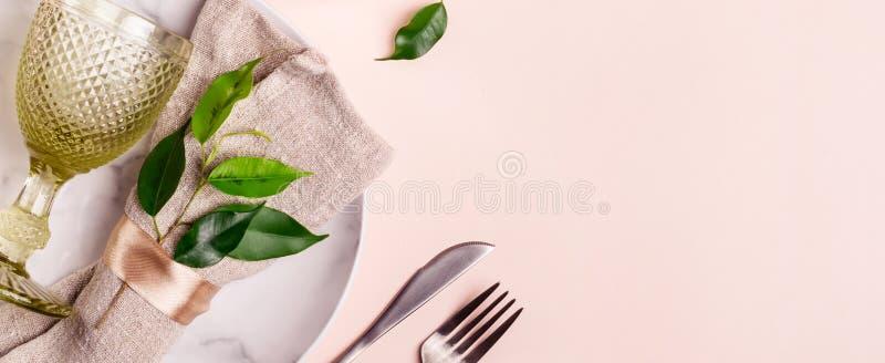 Ajuste da tabela do casamento no estilo natural no fundo cor-de-rosa pastel, formato da bandeira fotografia de stock