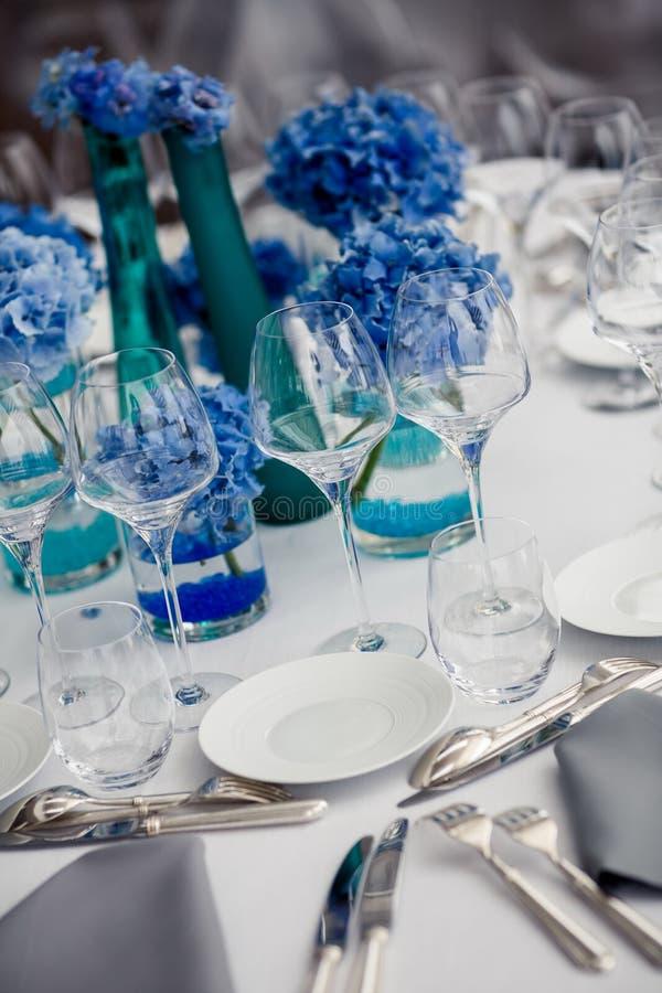 Ajuste da tabela do casamento no restaurante fotos de stock royalty free