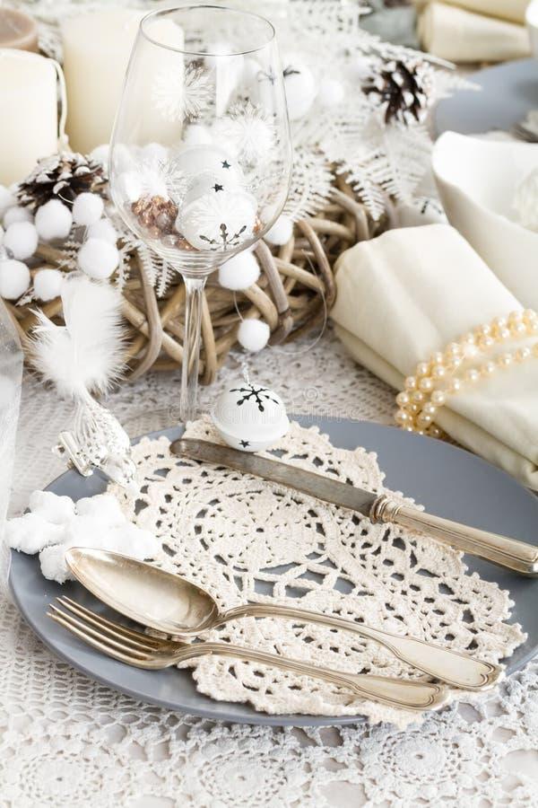 Ajuste da tabela do Natal com as decorações tradicionais do feriado fotos de stock royalty free