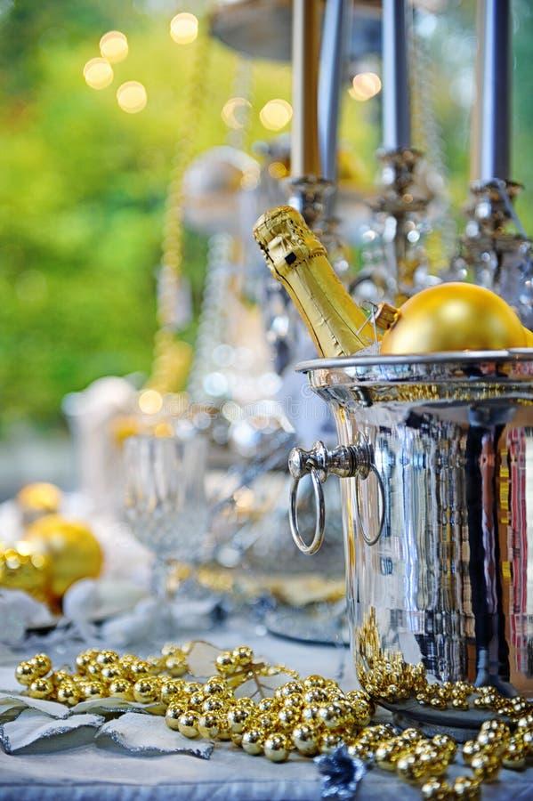 Ajuste da tabela do Natal com a garrafa do champanhe fotos de stock royalty free