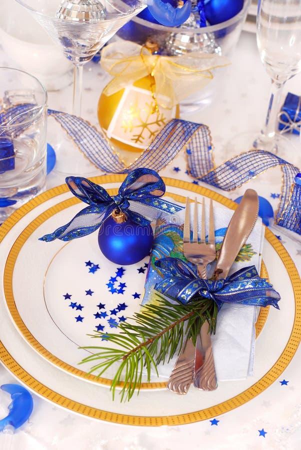 Ajuste da tabela do Natal nas cores brancas e azuis fotografia de stock royalty free