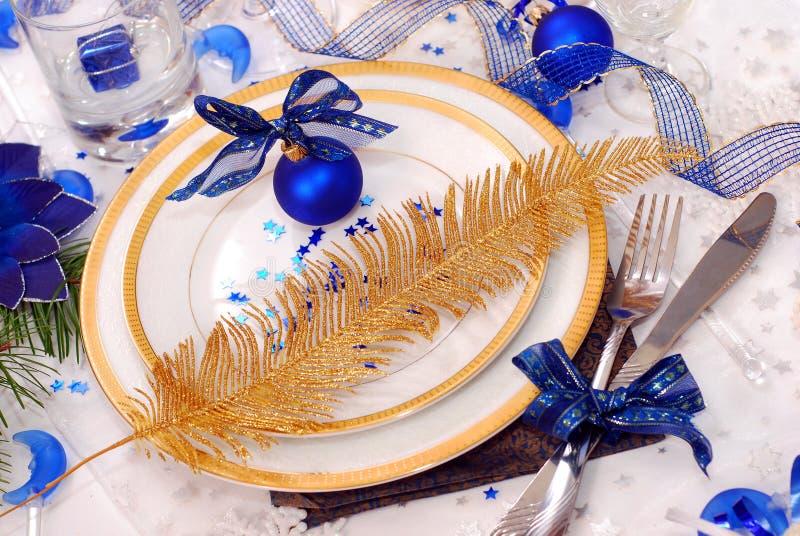 Ajuste da tabela do Natal nas cores brancas e azuis imagens de stock royalty free