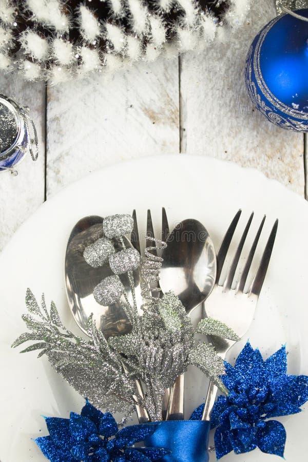 Ajuste da tabela do Natal no tom de prata e azul na tabela de madeira foto de stock royalty free