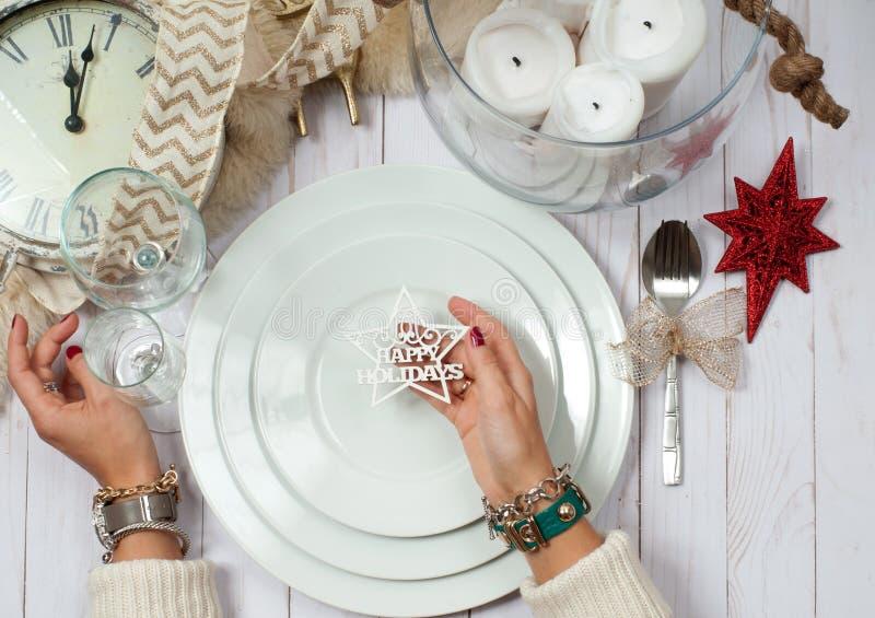 Ajuste da tabela do Natal no tom de prata na tabela de madeira foto de stock