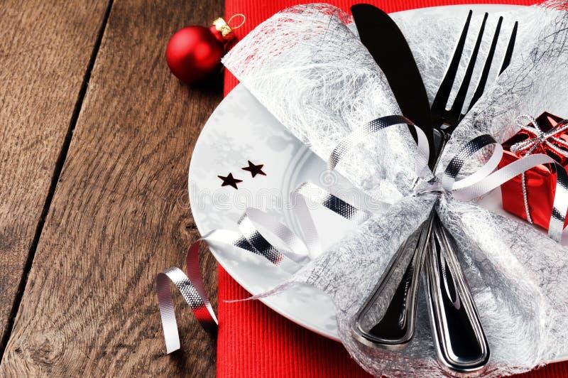 Ajuste da tabela do Natal no tom vermelho imagem de stock