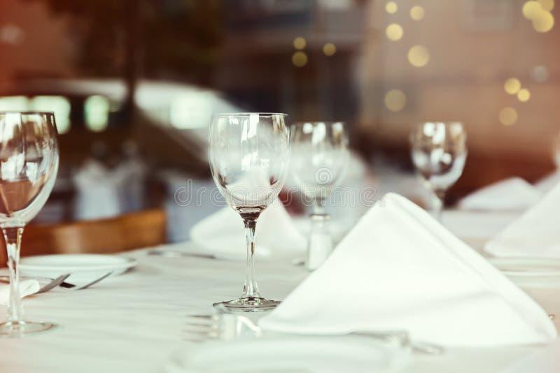 Ajuste da tabela do restaurante com vidro de vinho Foco seletivo no vidro de vinho imagens de stock royalty free