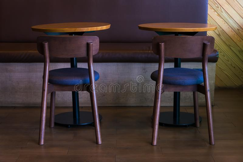 Ajuste da tabela e da cadeira de madeira para o contemporâneo da decoração foto de stock royalty free