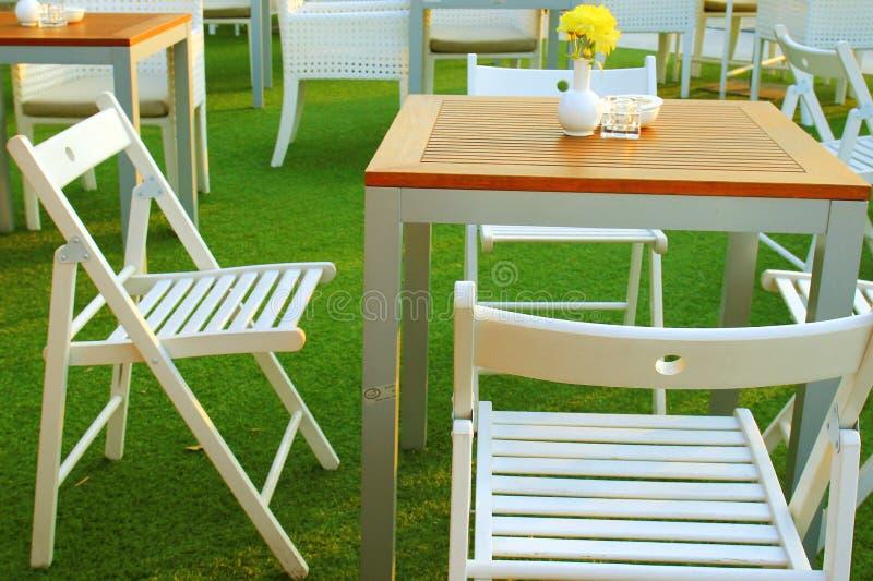 Ajuste da tabela e da cadeira no restaurante exterior fotografia de stock