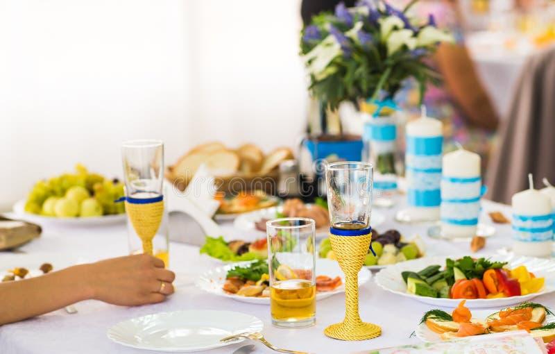 Ajuste da tabela em um copo de água luxuoso foto de stock royalty free