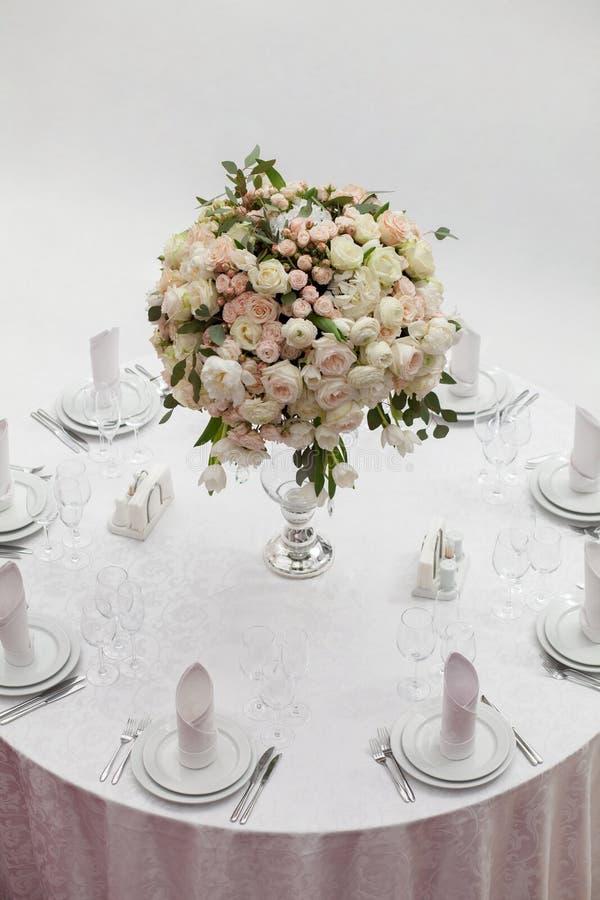 Ajuste da tabela em um copo de água luxuoso Flores bonitas na tabela fotos de stock royalty free